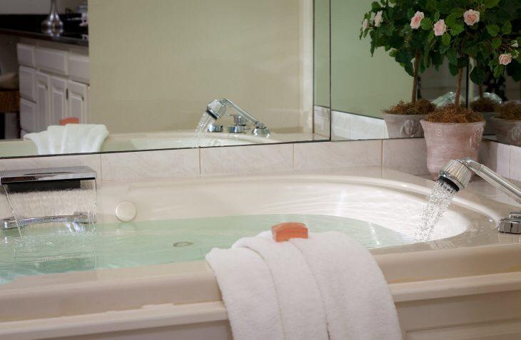 Marblehead Bed and Breakfast - Room #25 bath
